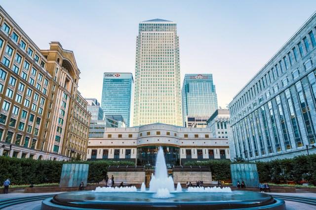 En Reino Unido, el One Canada Square fue diseñado por Pelli y terminado en 1991. Tiene forma de obelisco y su cúspide está realizada en acero inoxidable. El proyecto inicial era de 60 pisos pero culminó siendo de 50. El edificio está reconocido como un punto de referencia de Londres