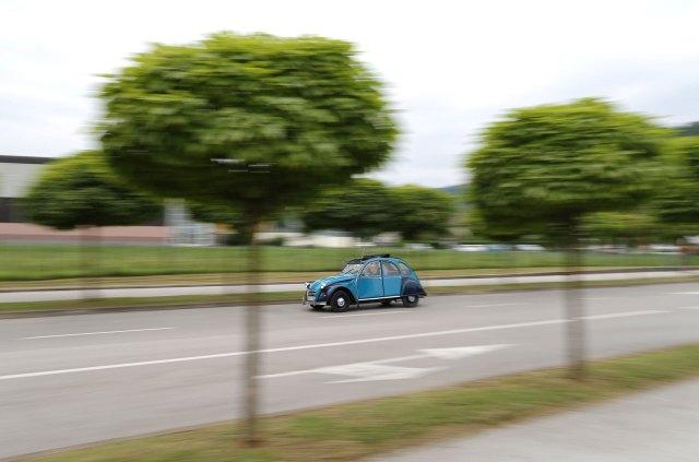 Un Citroën 2CV en la carretera durante el encuentro mundial del fabricante francés. (Reuters)