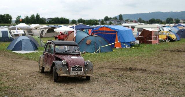 Fanáticos del Citroen 2CV de todo el mundo se reúnen en campamentos todos los años para compartir su pasión por la industria automotriz. (Reuters)
