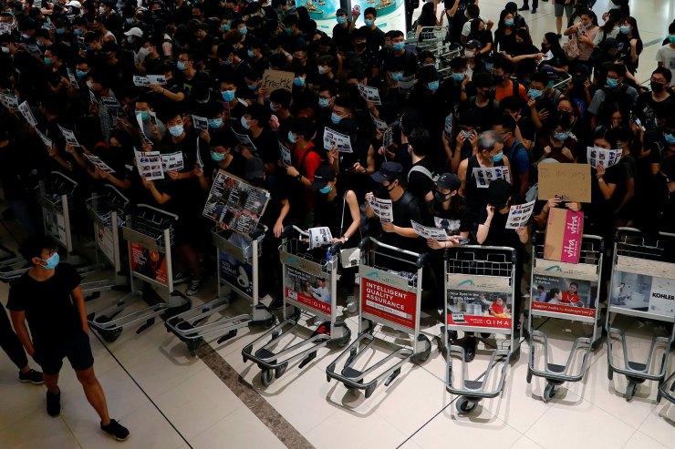 Los movilizados impidenque los pasajeros entren al aeropuerto por las puertas de seguridad (REUTERS/Tyrone Siu).