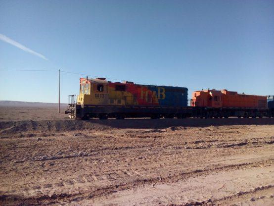 TRANSPORTE DE COBRE. Tren de carga con cobre y otros minerales por el soleado desierto de Antofagasta.