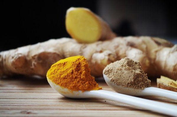 Turmeric and ginger root spice. Can turmeric help you lose weight?