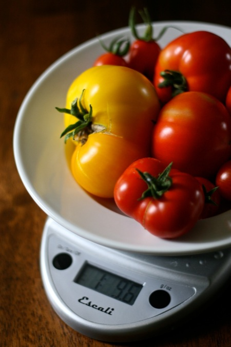 Weighing_tomatoes