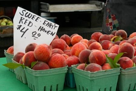 Peaches_at_market