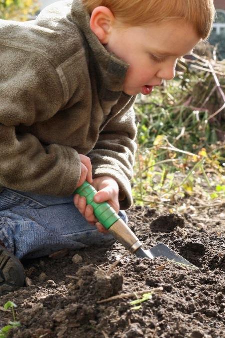 boy_digging_in_dirt