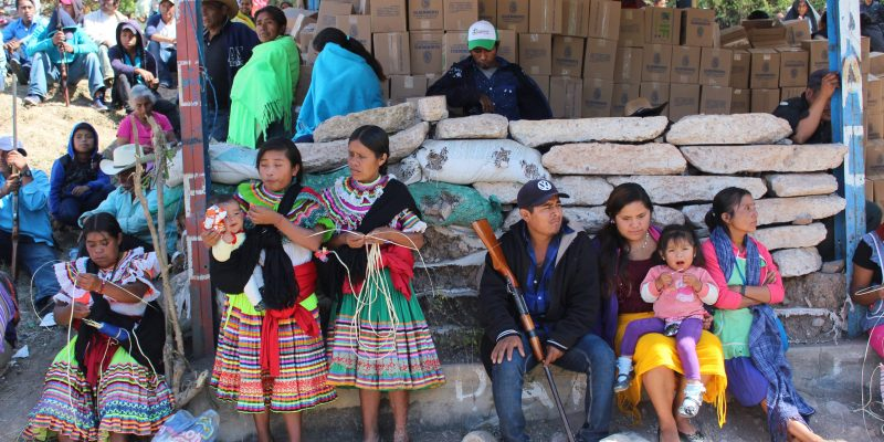 21022020-Alcozacán Gro, 22 de enero 2020. // Habitantes de diferentes comunidades que integran el territorio de la CRAC-PF, en el bloqueo que mantienen desde hace 8 días en la localidad de Alcozacán, para exigir justicia por los 10 músicos que fueran asesinados cerca de la localidad de Mexcalcingo. // Foto: Jesús Eduardo Guerrero