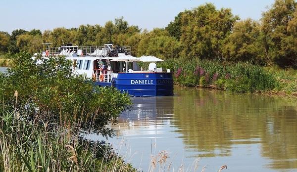 france_burgundy_riverboat_danielle_exterior_-_300dpi_lg_rgb.jpg
