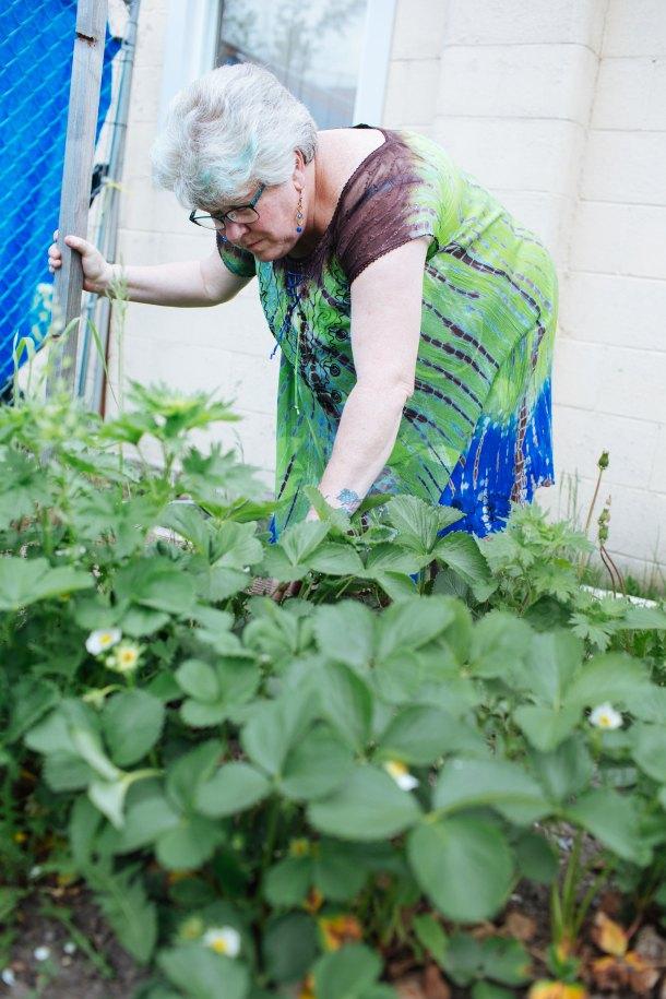 Las visitas a los jardines de la comunidad se han convertido en parte de la rutina de Bowman.