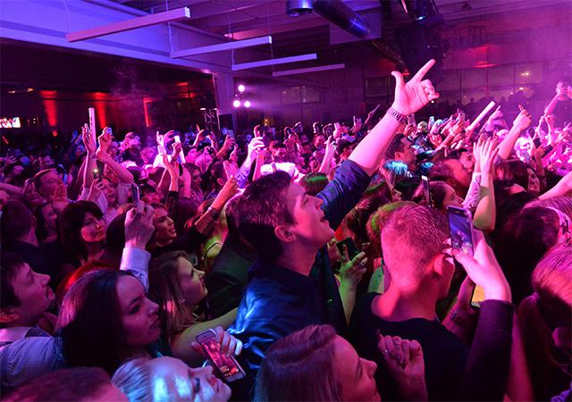 180205 crowd maxim blu