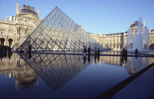 Transparent glass pyramid with reflecting pool at Grand Louvre in daytime, Paris / France. Architecture: I. M. Pei & Partners, New York. Photography: Thomas Mayer. Image © ERCO GmbH, www.erco.com
