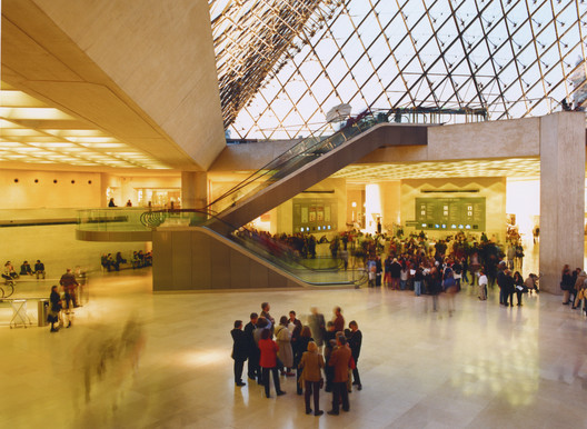 Glass pyramid with illuminated pyramid-shaped ceiling grid at Grand Louvre, Paris / France. Architecture: I. M. Pei & Partners, New York. Lighting design: Claude and Danielle Engle, Washington. Photography: Martin Müller. Image © ERCO GmbH, www.erco.com
