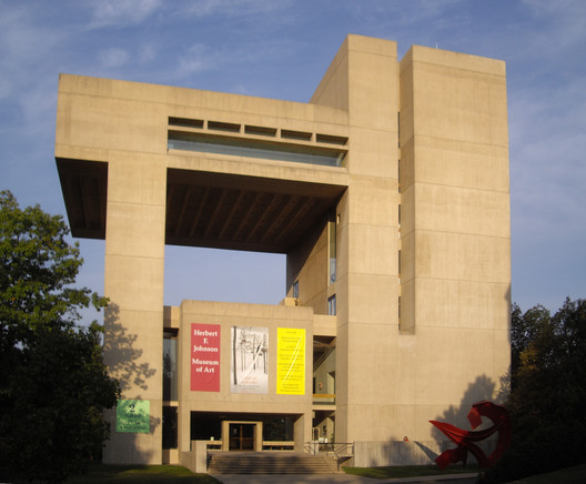 Herbert F. Johnson Museum of Art at Cornell University, Ithaca / USA.  Architecture: I. M. Pei. Image © <a href='https://commons.wikimedia.org/wiki/File:Johnson-museum-of-art-cornell.JPG'> Wikimedia user Dmadeo</a> licensed under <a href='https://creativecommons.org/licenses/by-sa/3.0/deed.en'>CC BY-SA 3.0