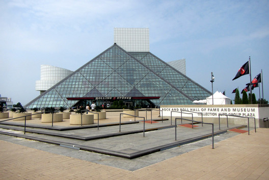 Tetrahedral glass tent at Rock and Roll Hall of Fame and Museum, Cleveland / USA. Architecture: Pei Cobb Freed & Partners Architects. Image © Panoramio user Bohao Zhao <a href='https://commons.wikimedia.org/wiki/File:Rock_%5E_Roll_Hall_of_Frame_-_panoramio.jpg'>via Wikimedia</a> licensed under <a href='https://creativecommons.org/licenses/by/3.0/deed.en'>CC BY 3.0</a>
