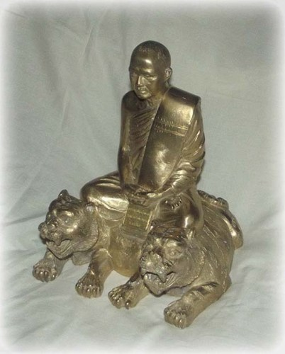Luang Por Supoj bucha statue