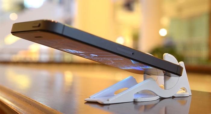 Il treppiede tascabile è l'unico supporto portatile delle dimensioni che può contenere l'iPhone agli angoli più estremi, anche nel ritratto.