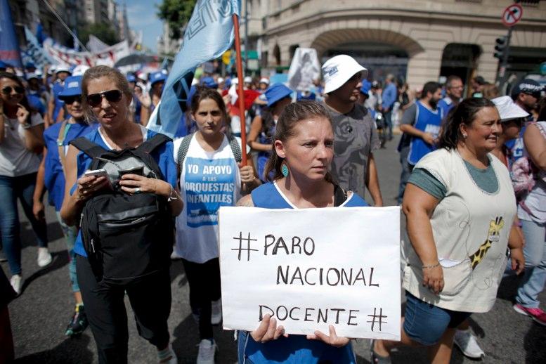 Maestros cumplen quinto da de huelga en Argentina por mejor salario  La Hora