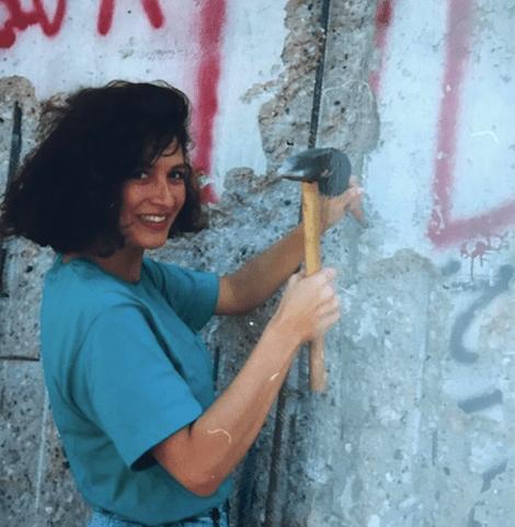 Mi hermana Aline y yo, golpeando el Muro de Berlín para derribarlo..