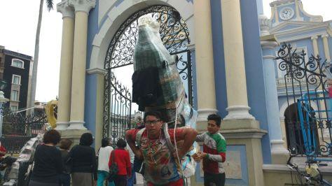 Resultado de imagen para Peregrinos van rumbo a la Basílica, con 20 kilos en sus espaldas