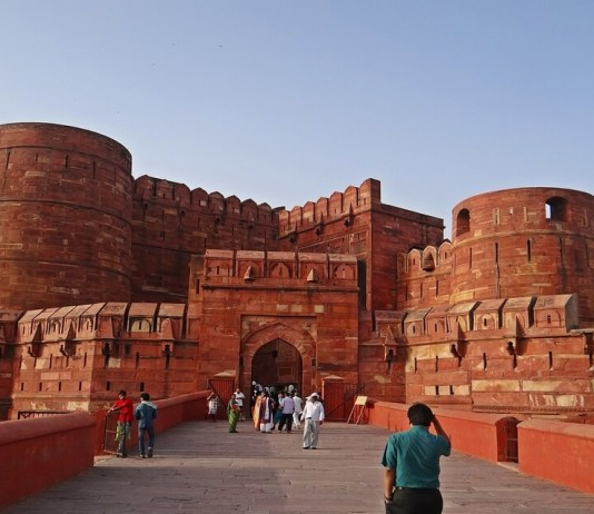 tourists at the agra fort