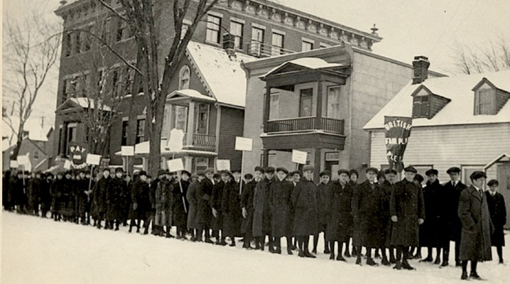 L'image monte des manifestations contre le Règlement 17 à Ottawa.