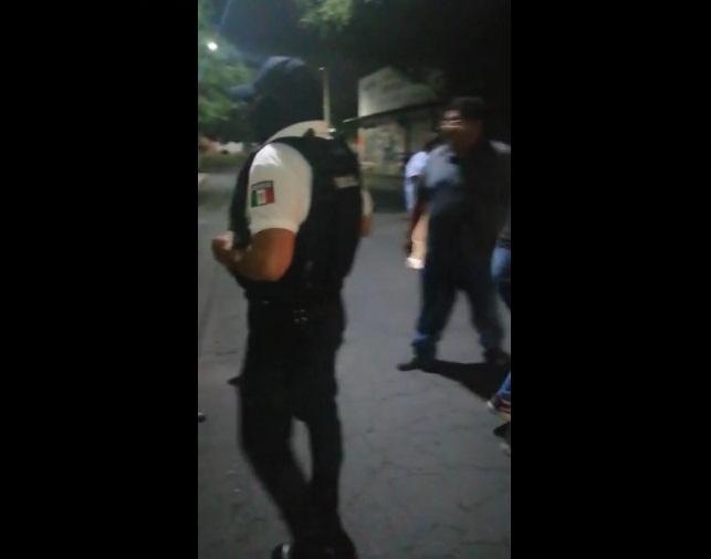 GRABAN A POLICÍAS DE NEZAHUALCÓYOTL AGREDIENDO A PERSONAS EN LA VÍA PÚBLICA