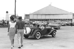 When one attended the Sebring races in those days it was incumbent on one to be properly dressed. SIR photo.