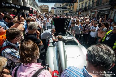 Little crowd listens to the 1955 Mercedes-Benz 300 SLR #658 starting up