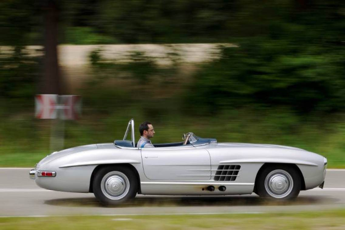 Dispensing with the standard fabric soft top and the bumpers, and installing a slim racing windscreen, reduced the curb weight from 1420 to 1040 kilograms. Other characteristic features of the 300 SLS included the air intake in front of the windscreen and the roll-over bar behind the driver.