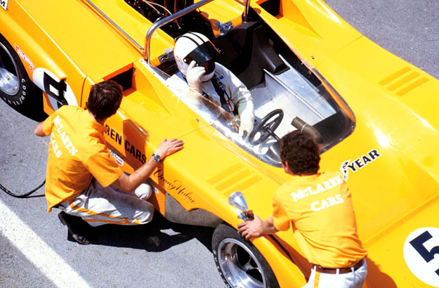 denny-hulme-sits-in-his-mclaren-m8f-before-the-start.jpg