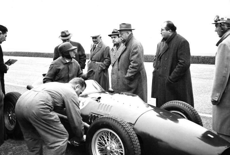 Testing of the 246 F1 at the Modena racetrack. In the photo are the tester Martin Severi, with Ferrari, Bazzi and Chiti standing.