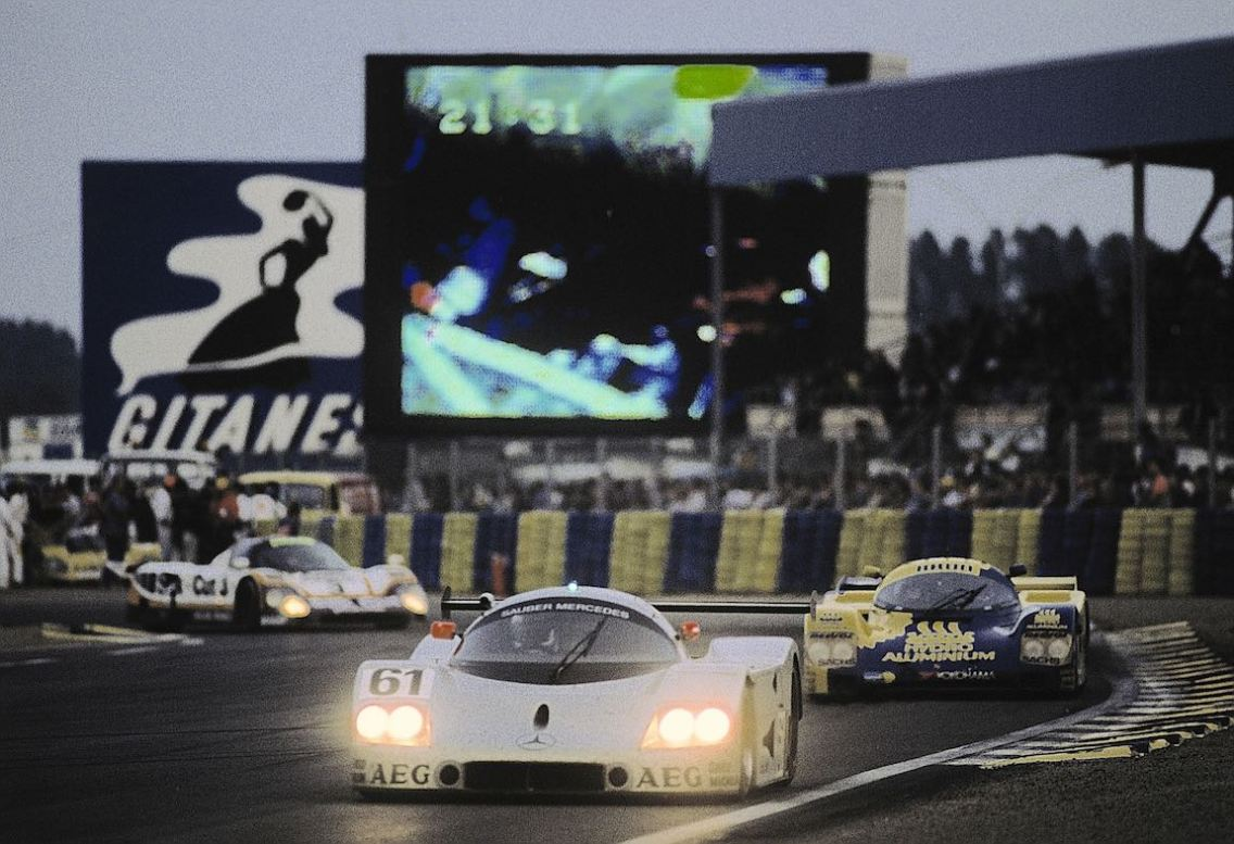 At dusk the Sauber-Mercedes C 9 sports car prototype with start number 61 (Kenny Acheson, Mauro Baldi, Gianfranco Brancatelli)