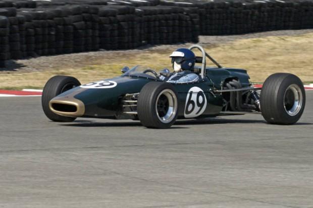 Class winner John Delane sets up for Turn 1 in his 1965 Brabham BT18