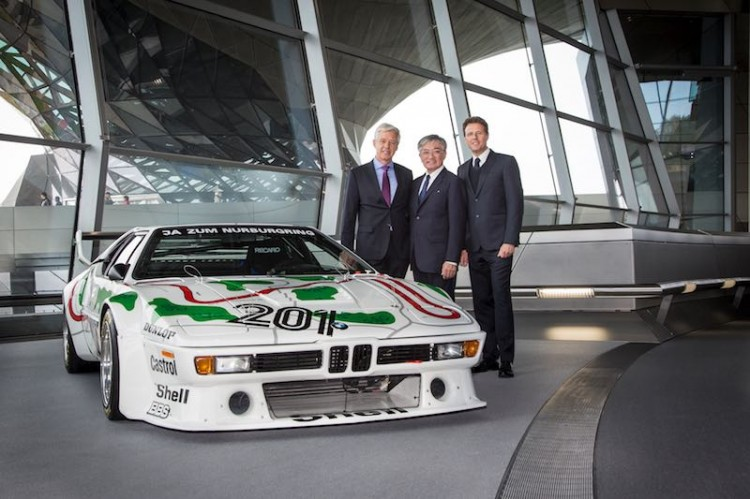 Ulrich Knieps (Director BMW Group Classic), Masakuni Hosobuchi and Helmut Käs (Director BMW Welt) at the delivery of the BMW M1 Procar at BMW Welt
