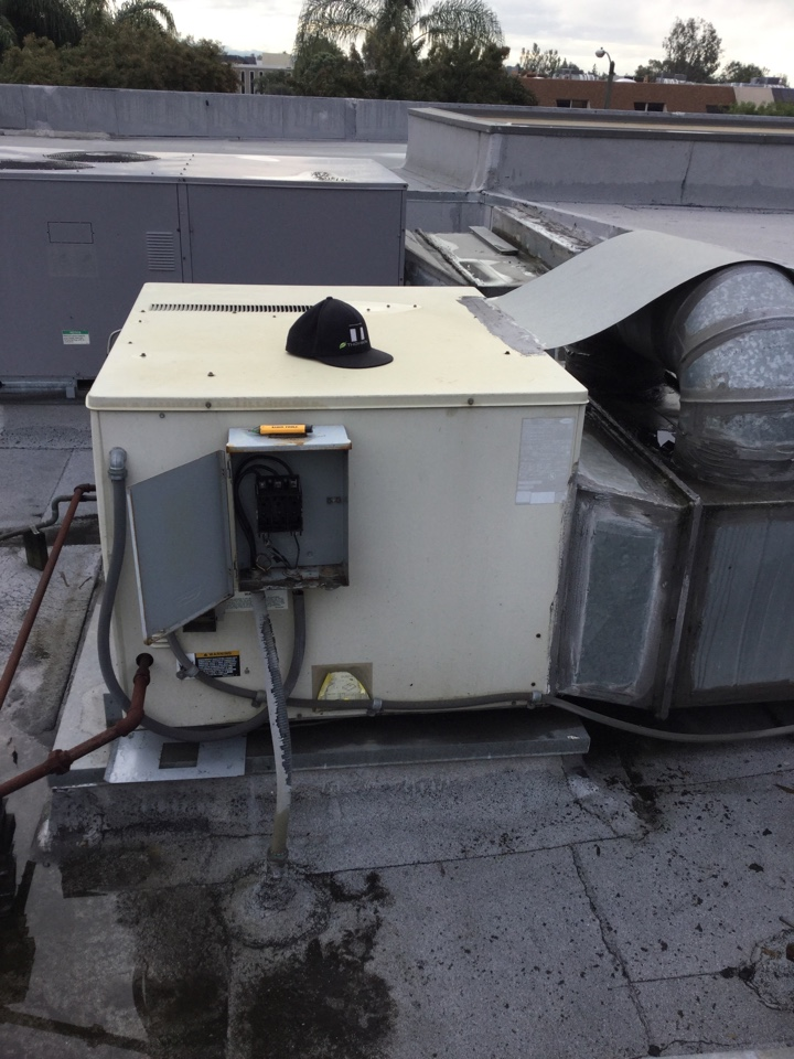 Tustin, CA - Changing a condenser fan motor