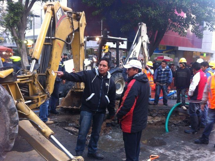 Controlan y reparan fuga de agua en la Zona Rosa