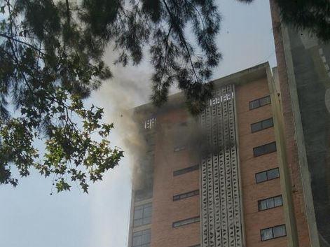 Bomberos sofocan incendio en la colonia Doctores de la CDMX