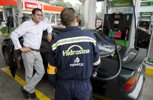 gasolinero despachand pemex 02