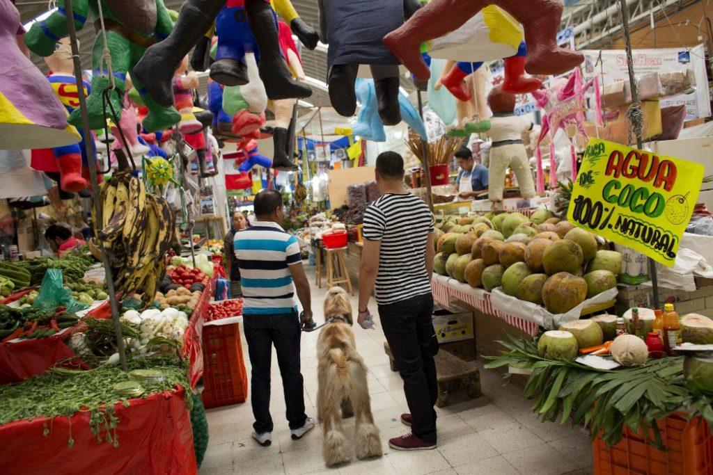 personas en mercado