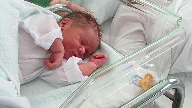 enfermera cambia bebés por diversión