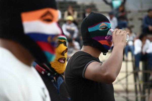 Un hombre enmascarado se prepara para una pelea durante el Takanakuy, un festival anual que tiene lugar en Perú, después de la Navidad, el 25 de diciembre, en el que se lucha contra otros miembros de la comunidad, en el distrito de San Juan de Lurigancho. Foto: Geraldo Caso, DPA.