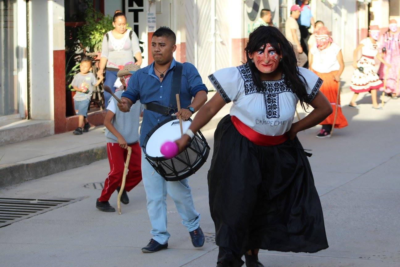 11012019-En la imagen, Rafael Miranda Salones, encabezando con el tambor una danza en una fiesta popular en Chilapa