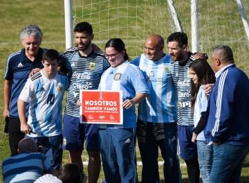 Lionel Messi saluda a niños durante unentrenamiento