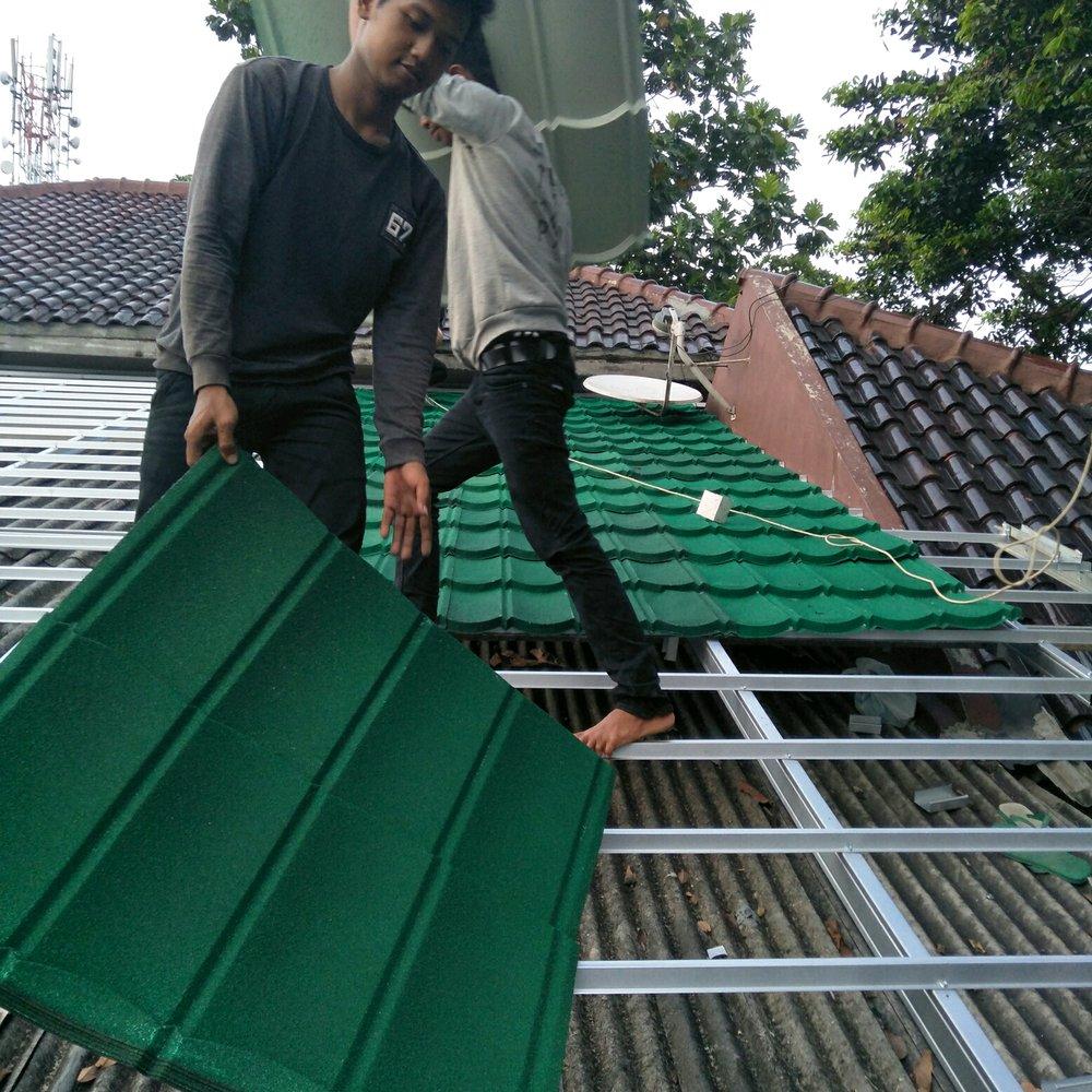 jual beli baja ringan bekasi rangka atap genteng metal pasir terpasang rapi di
