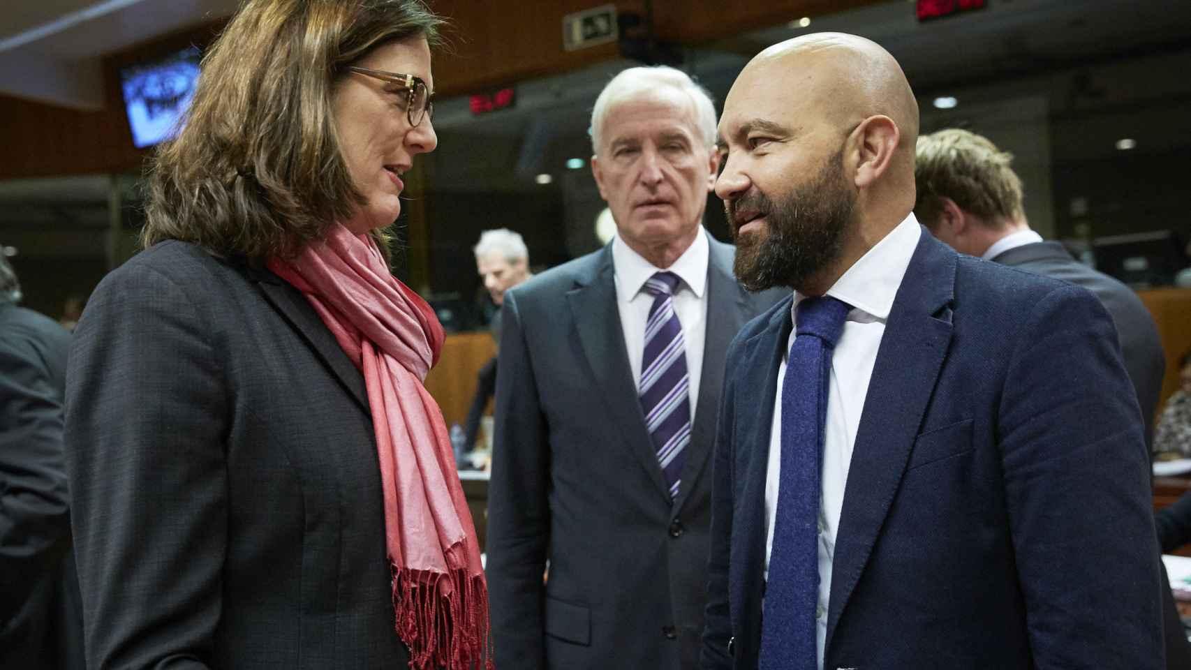 La comisaria Cecilia Malmström conversa con el secretario de Estado de Comercio, Jaime García-Legaz