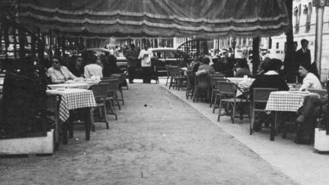 La terraza con las mesas ocupadas por los clientes. / Embassy.