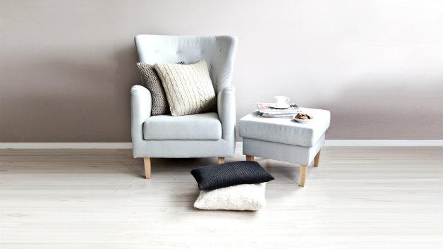 Poltrone in legno arredare il soggiorno con stile