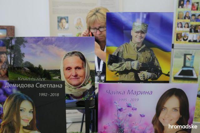 Образцы портретов для надгробных памятников на выставке современной похоронной культуры RIP EXPO в Киеве, 26 июня 2021 года