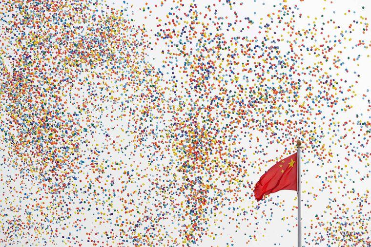 Повітряні кулі пливуть повз китайський прапор на площі Тяньаньмень під час параду на честь 70-ї річниці існування комуністичного уряду Китаю в Пекіні, 1 жовтня 2019 року.