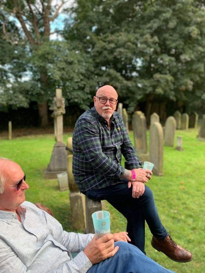Учасники пивного фестивалю «Сент-Мері-Нортон» п'ють алкоголь, сидячи на могилах, Стоктон-на-Тіс, Англія, вересень 2021 року