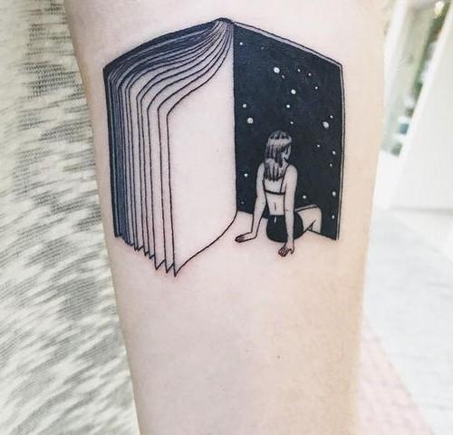Tatuaje De Libro Y Mujer Mirando Al Universo